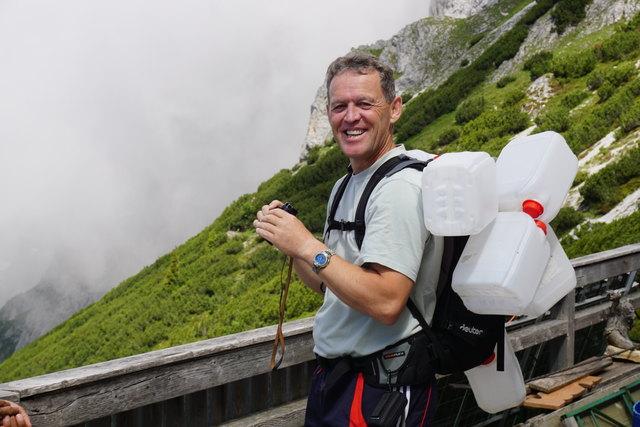 Hannes Wurzer aus Pfarrwerfen nimmt vier leere Kanister wieder mit hinunter zum Brunnen.