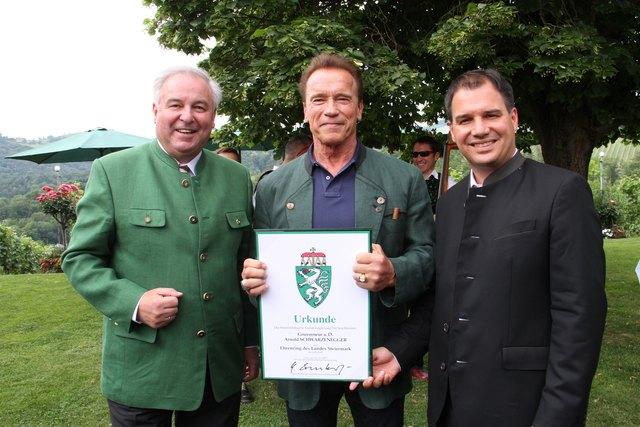LH-Schützenhöfer und LH-Stv. Schickhofer überreichten das höchste Ehrenzeichen des Landes Steiermark an Arnold Schwarzenegger