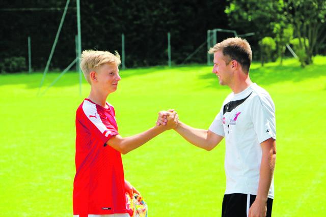 Thomas Leopoldseder (r.) und sein Team schulen die Kinder in den fußballerischen Grundtechniken.