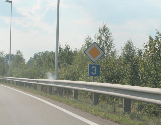 Eine Frau wollte mit ihrem Auto die B3 überqueren und übersah dabei den Motorradlenker. - Symbolbild
