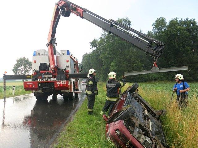Das Auto wurde mittels Schwerem Rüstfahrzeug aus dem Graben gehoben.