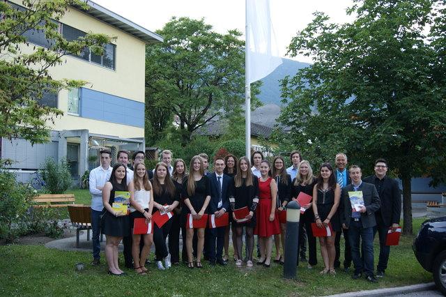 Die HAK Absolventen der 5C mit Frau Professor Huber und Direktor Schaber.
