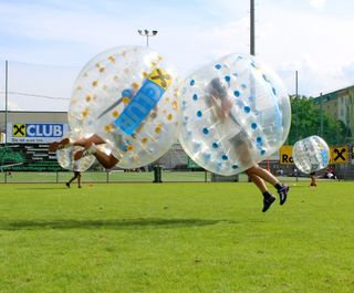Trendsportart mit Spaßgarantie: Am 24. Juni findet am Sportplatz Hötting-West das 3. STADTBLATT Bubble Soccer Turnier statt.