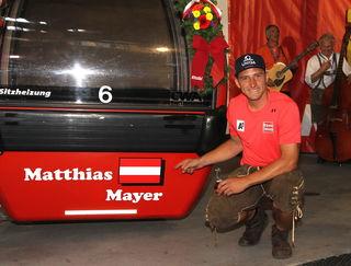 """Matthias Mayer zeigte sich stolz über """"seine"""" Gondel der Hahnenkammbahn."""
