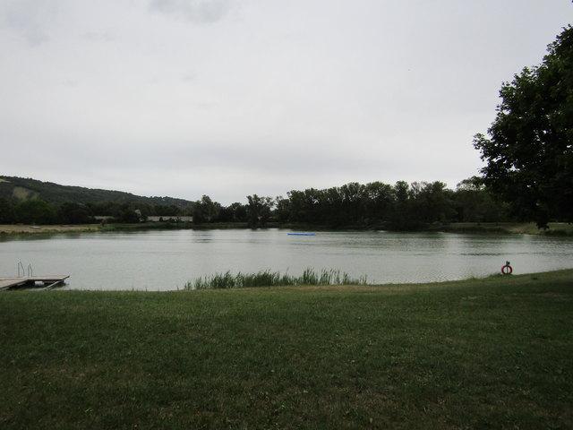 Die Langenzersdorfer Seeschlacht unberührt an einem regnersichen Junitag. Bei Badewetter herrscht hier Hochbetrieb.