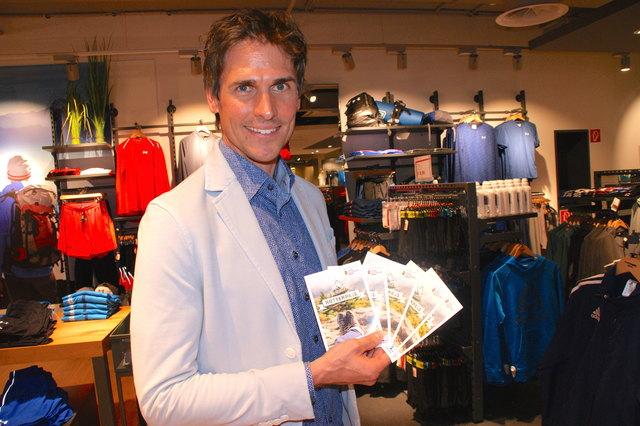 Der mehrfache Olympiasieger Felix Gottwald mit dem Hüttenpass der Bezirksblätter Salzburg