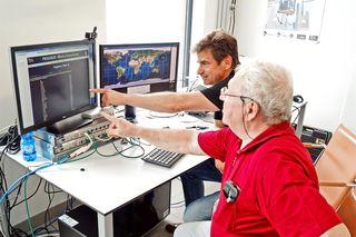 v.l.: Scharlemann (FHWN-Studiengang Aerospace Engineering) und Würdinger (Amateurfunker) beobachten die Signale.