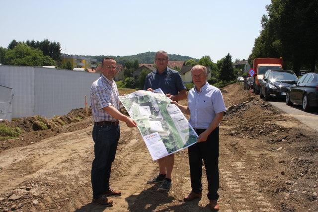 Auf der Baustelle: Achim Konrad, Leiter der Tiefbauabteilung, Bauleiter Alois Wumbauer (Porr) und Bürgermeister Josef Ober (v.l.).