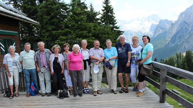 Teil der Reisegruppe vor Mittagsrast. Im Hintergrund das Dachsteinmassiv (Fotos: F. Tüchler)
