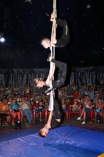 Seilakrobatik vom Feinsten im Mooskirchner Zirkuszelt.