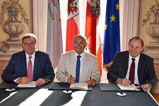 Bei der Unterzeichnung der Vereinbarung im Parissaal des Landhauses in Innsbruck v. li. LH Günther Platter, Innenminister Wolfgang Sobotka und ÖBB-Prokurist Werner Baltram.