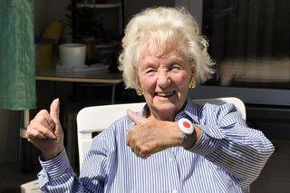 Edith Filzmair freut sich über ihr Rufhilfearmband