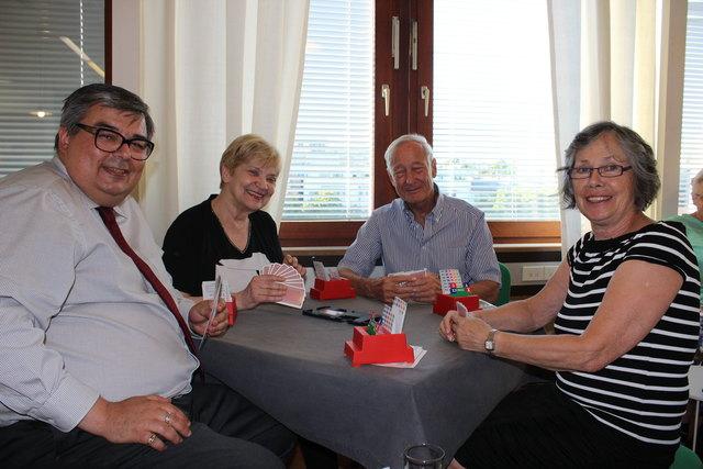 Michael Kalchbauer, Elfriede Zimmermann, Obmann Hans Georg Schier und Elisabeth Bittmann beim Bridge-Spiel.