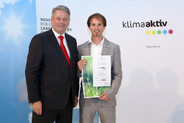 Bei der klimaaktiv Konferenz zeichnete Bundesminister Andrä Rupprechter auch die Fahrschule Clemens Kontschieder aus.