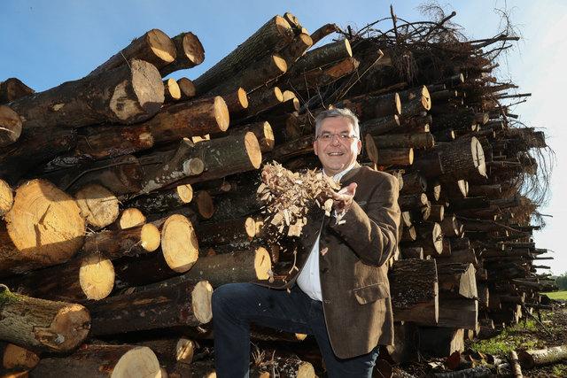 Landesrat Josef Schwaiger bei der Besichtigung des Biomasse-Heizwerkes in Eugendorf.