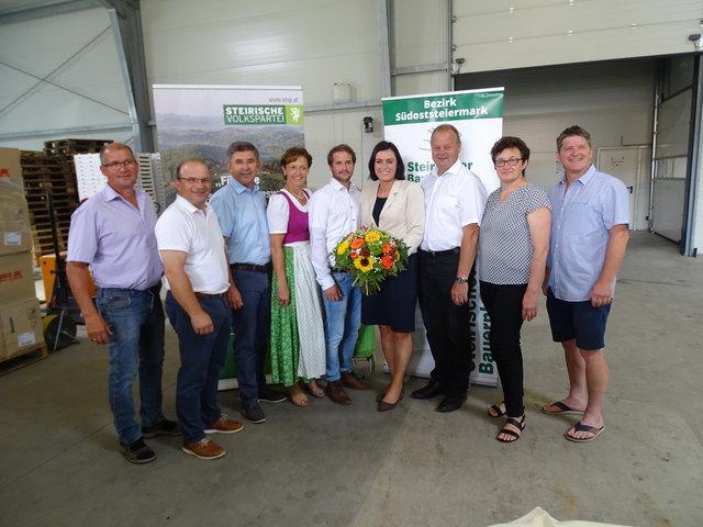 Gastgeber Armin Lenz (M.) begrüßte neben Kammervertretern und regionaler Politik auch Elisabeth Köstinger (4.v.r.).