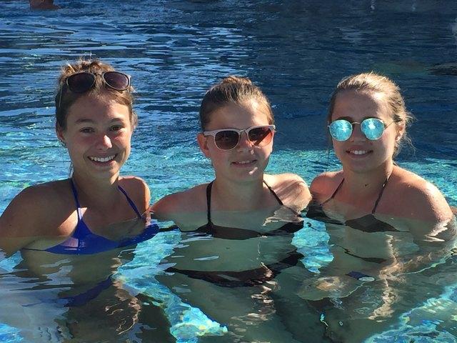 Die heißen Temperaturen lockten auch die drei bssm Oberschützen-Schülerinnen Ivonne Wiener, Pauline Zwickl und Selina Novak ins erfrischende Becken der AVITA Therme in Bad Tatzmannsdorf.