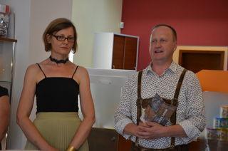 Gertraud Ranegger-Strempfl mit Helmut Kahlbacher bei der Eröffnung in der Raiffeisenbank Pischeldorf.