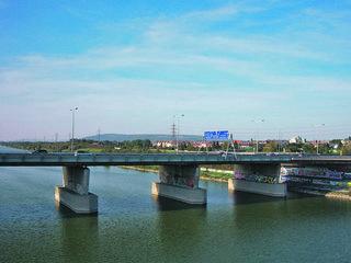 Die nördlichste Donaubrücke Wiens diente zu Beginn dem Eisenbahnverkehr und trug den Namen Nordwestbahnbrücke.