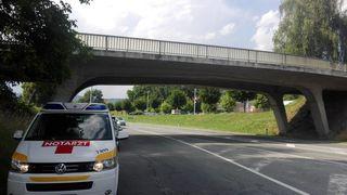 Von dieser Brücke fiel der Stein, der auf die Windschutzscheibe des Einsatzfahrzeuges fiel