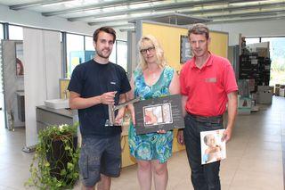 Der Familienbetrieb: Benjamin, Sylvia und Bernhard Regenfelder im großen Schauraum am Firmengelände in Liebenfels