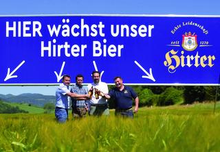 Braumeister Raimund Linzer, GF Nikolaus Riegler und Marketingleiter Mario Donner mit Landwirt Harald Knafl auf dem Braugerste-Feld
