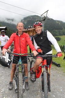 Mit Armin Assinger hatte der neue Bike Trail in Großarl bereits einen prominenten Streckentester.  Bürgermeister Johann Rohrmoser probierte den neu eröffneten Trail natürlich auch aus.