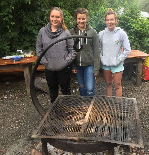 Schüler der BAKIP Hartberg beim Outdoor-Abenteuer am Grillplatz.