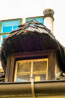 Eine Dachgaube mit alten Schindel gedeckt...Wien Mölkersteig am Drei Mäderl Haus....