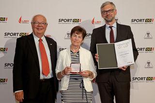 Präsident Herbert Offenberger (Vorsitzenden der Landessportorganisation), Barbara Rossak und Landeshauptmann Stv. Michael Strugl (v.li.)