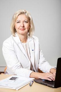 Schwechats AMS-Chefin Gabriele Fälbl analysiert posituve Entwicklung am Arbeitsmarkt.