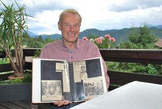 Arnold Riebenbauer hat ein Album mit Zeitungsartikeln aus seiner Zeit in den USA angelegt