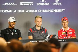 Das Bild trügt - die Stimmung war angespannt. Hamilton, Magnussen, Vettel. Foto: ripu