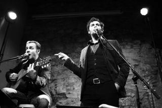 Mit Dialektadaptionen großer Hits begeistern Stefan Leonhardsberger und Martin Schmid das Publikum.