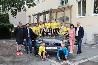 GF Hans Otter, Dir. Lieschnegg, Trainer Bauernberger und OB Rämbitsch mit den Kindern, die stolz ihre neuen Dressen präsentieren.