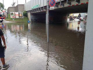Land unter bei der S-Bahn-Station Atzgersdorf: Die Unterführung ist überschwemmt, die Feuerwehr ist vor Ort.