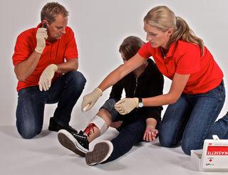 Im Erste Hilfe Kurs lernen die Teilnehmer auch das Anlagen eines Druckverbands.