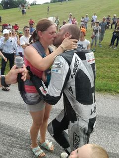 Peter Altmann machte seiner Kerstin Sonnleitner am Bergrennen in Julbach einen Antrag.