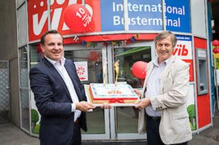 Bezirkschef Erich Hohenberger (r.) gratuliert Paul Blaguss vor dem Vienna International Busterminal.