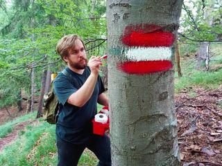 Mit Wanderschuhen und Farbeimer ausgerüstet: Alexander Gratzer ist ehrenamtlicher Wegemarkierer.