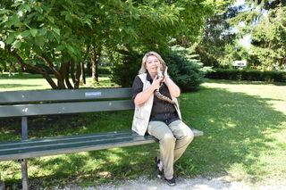 Beim Gespräch im Park war die Schlange (kurz) dabei. Noch vor den Exoten sind Helga Happs Lieblingstiere aber ihre beiden Hunde