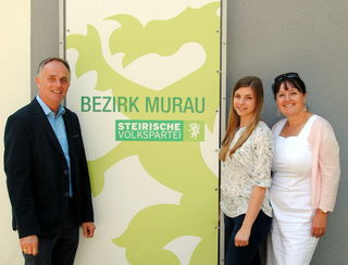 """Karl Schmidhofer mit """"Mimi"""" Lieskonig und Manuela Khom. Foto: KK"""
