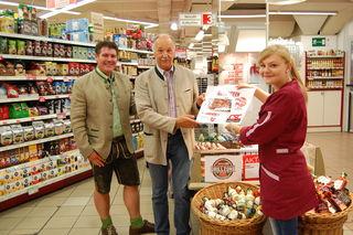 GF Heimo Prodinger, Gewinner Erich Mayer und Marktleiterin Christina Pichler (v.l.).