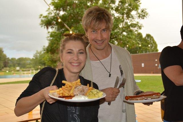 Die beiden Musicalstars Barbara Obermeier und Oliver Arno beim Grillfest des Amstettner Musicalsommers im Naturbad.