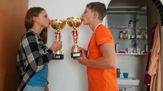 Elena und Sebastian Dengg mit ihren Siegerpokalen.