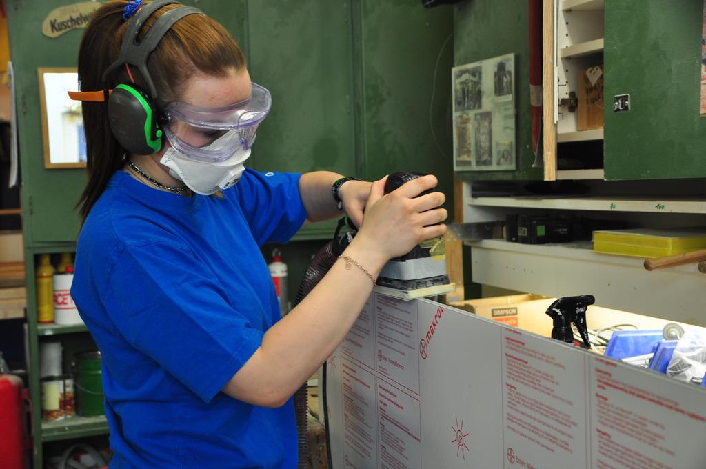Tischlerlehrling im AKH: Isabella Waldl arbeitet an der im AKH entwickelten Nasszelle SIMONA.