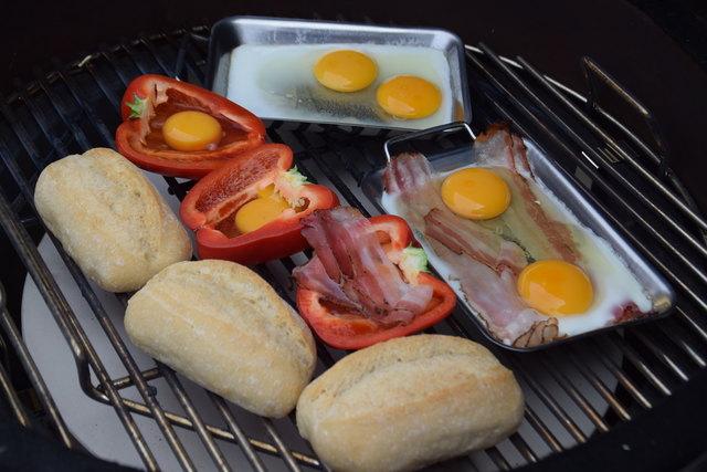 Auch Frühstück kann vom Grill kommen: Spiegelei (mit oder ohne Speck) im Grillpfännchen oder im Paprika serviert sowie knusprige Brötchen.
