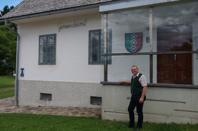 GR Hannes Lenz vor dem Gemeindeamt Trahütten, das einst als Pfarrhof gedient hat.
