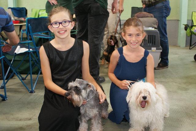 Auch diese Mädels präsentierten ihre vierbeinigen Lieblinge bei der Hundeausstellung.