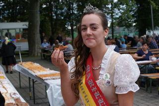 Auch Marillenkönigin Maria Magdalena I. ließ sich den Rekord-Marillenkuchen schmecken.